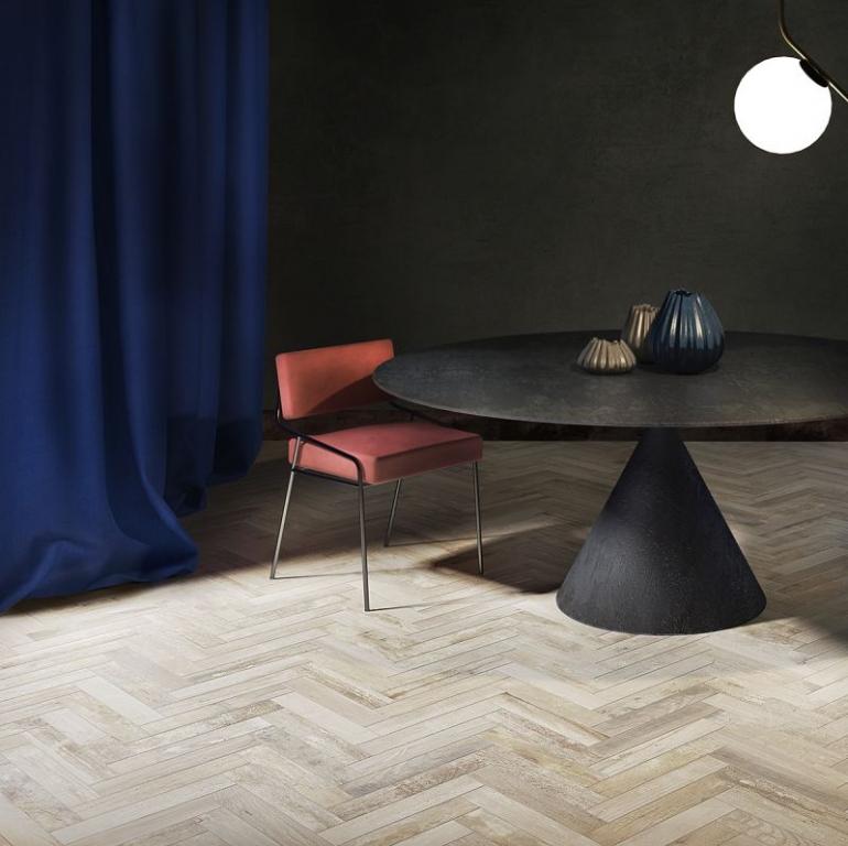 series Interiérová dlažba ve světlé imitaci dřeva v parketovém stylu od výrobce Del Conca Vignoni Wood Bianco
